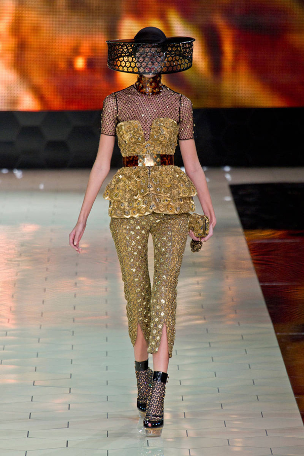 corsets-and-honey-bees-at-alexander-mcqueen-spring-2013-fashion-show-19