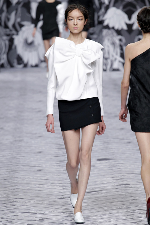 oversize-bows-in-monochrome-viktor-rolf-fall-2013-collection-white-shirt