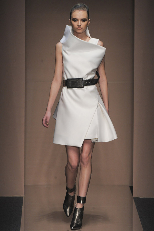sturctural-aesthetics-at-gianfranco-ferre-fall-2013-show-2
